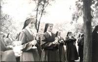 Sr. Nonnata (vľavo) na sprievode Božieho tela počas pôsobenia v Močenku