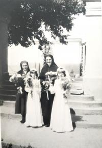 Pamätníčka (vpravo) pri príprave detí na prvé sväté prijímanie, rok nešpecifikovaný, no pred 1989