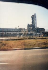 Vybombardovaný stadion v Sarajevu, fotografie byla pořízena mezi rokem 1997 - 1998