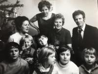 Emília Sasinová (druhá sprava z horného radu) spoločne so sestrami, ich s svojimi deťmi.