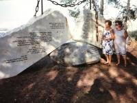 Emília Sasinová (vľavo) pri pamätníku holokaustu v Izraeli.