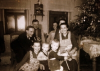 Kompletní rodina Marie Veselé (ona vpředu nalevo)