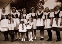 Květen 1945 - dívky v krojích vítají osvoboditele (Marie Veselá je dívka uprostřed).