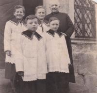 Bedřich Hanauer mladší působil po vystěhování do Frýdlantského výběžku jako ministrant v Andělce a ve vedlejší vsi (na fotografii v první řadě zprava)