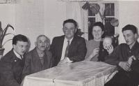 Celá rodina Hanauerova v Andělce (zleva pamětník B. Hanauer ml., strýc František, otec B. Hanauer st., matka Růžena už jako babička drží dítě své dcery a úplně vpravo bratr Milan)