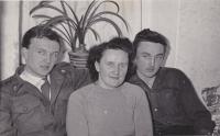 Zleva Bedřich Hanauer ml., matka Růžena a bratr Milan