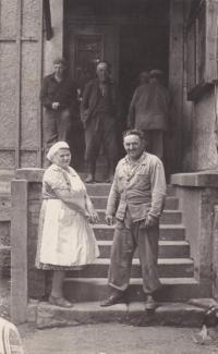 Otec Bedřich Hanauer st. s německou kuchařkou Jümrichovou, která vařila v Andělce na státním statku
