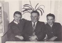 Zleva Bedřich Hanauer mladší se svým otcem a bratrem Milanem