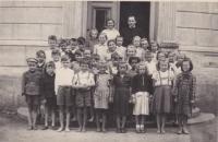 Bedřich Hanauer mladší na obecné škole v Andělce (ve tmavém svetru, třetí zleva v poslední řadě)