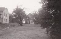 V pozadí je vidět dům v Andělce ve Frýdlantském výběžku, kam rodina Hanauerova byla 11. května 1953 vystěhována