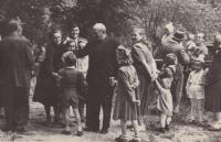 Takto to vypadalo po nedělní mši v Andělce, na fotografii převážně rodiny vystěhovaných kulaků. Na fotografii je ve svém klobouku a se svojí manželkou i Bedřich Hanauer starší