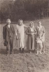 Fotografie z Radňova. Vlevo děda a babička Bedřicha Hanauera mladšího