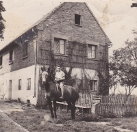 Bedřich Hanauer mladší na koni jménem Bella, před domem v Andělce, kam byli v roce 1953 vystěhováni