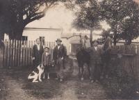 Rodiná fotografie Hanauerových před hospodářstvím v Radňově. Přibližně druhá polovina třicátých let dvacátého století