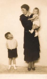 Vladimír Grégr (vlevo) s maminkou a bratrem Edou, asi 1934