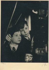 S bratrem Edou v roce 1941 (foto pro časopis Dětská neděle)