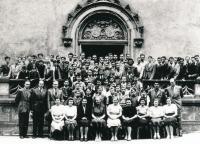 Středočeská kolej krále Jiřího z Poděbrad, asi 1947. Pedagogický sbor se studenty. V první stojící řadě čtvrtý zleva je Václav Havel.