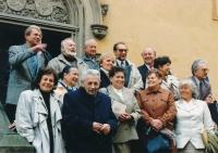 Bývalí studenti Středočeské koleje krále Jiřího z Poděbrad. Vladimír Grégr je v poslední řadě čtvrtý zleva.