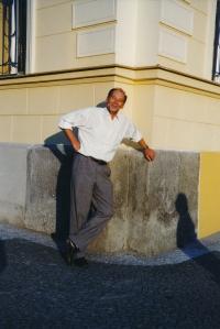 Vladimír Grégr před domem v Hálkově ulici