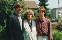 Manželka pamětníka, Jana, se syny Eduardem (vlevo) a Michaelem. Kriens u Luzernu, 1995