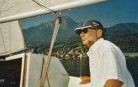 Vladimír Grégr u kormidla jachty na jezeře u Luzernu, 2005