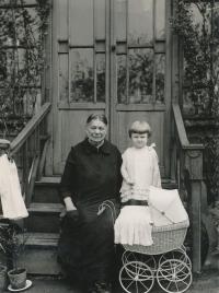 S babičkou Johnovou, asi 1927-1928
