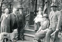 Rodina Johnových před altánem, 1928