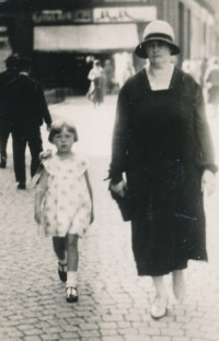 S tetou Annou Hrdou, rozenou Johnovou, asi 1929