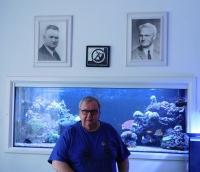 Ladislav Vitoul v roce 2020 pod obrazy svého dědy (Josefa Vitoula) a otce (Ladislava Vitoula)