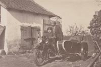 Příjezd do hospodářství. Na motorce sedí otec Zdeněk Tuček a babička Marie s dědou Václavem