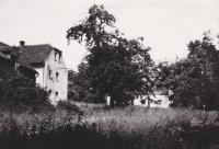 V pozadí dům v Andělce, kam v květnu 1953 byla rodina Hanauerova vystěhována. Foceno v letech, kdy už Hanauerovi bydleli zpátky na Vysočině