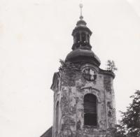 Věž římskokatolického kostela sv. Anny v Andělce. Foceno v letech, kdy už Hanauerovi bydleli zpátky na Vysočině