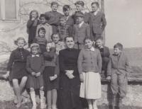 Spolu s farářem v Andělce. V horní řadě všichni čtyři ministranti a mezi nimi i Bedřich Hanauer mladší
