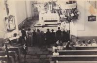 V kostele sv. Anny v Andělce. Vlevo od presbytáře utíká jako první Bedřichův kamarád Jirka a druhým hochem je sám Bedřich Hanauer mladší