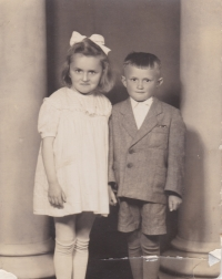 Bedřich Hanauer mladší se svojí starší sestrou Marií