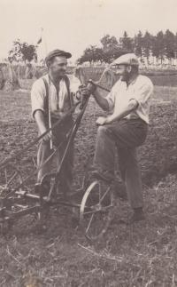 Bedřich Hanauer starší (vlevo) s úsměvem a v rozpravě s rolníkem Šimkem