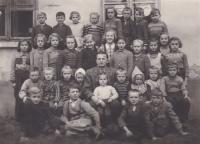 Jednotřídní národní škola v Květinově v listopadu 1951, kde tehdy učil pan Doubek. V poslední řadě třetí zprava Bedřich Hanauer mladší a hned vedle něj sestra Marie