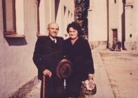 Setkání paní Růženy Hanauerové a pana Hojera (zemědělec z Radňova). Rodina Hojerova byla vystěhována do Krhanic