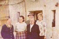 Vystěhovalci za vystěhovalce. Německá rodina, která v domě v Andělce, kam Hanauerovi byli vystěhováni, bydlela původně. Mezi nimi jako druhá zleva matka Bedřicha Hanauera mladšího