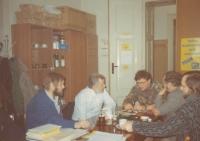 Jednání demokratické iniciativy na počátku 90. let 20. století (K. Štindl v bílé košili)