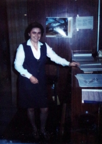 Leante Janderová jako recepční v hotelu v Plzni