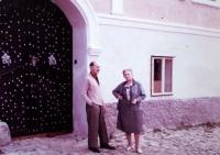 Rodiče L. Janderové před vlastním domem v Kašperských Horách