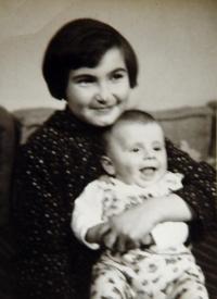 Petruška Šustrová s bratrem (cca 1957)