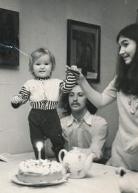 Petruška Šustrová s druhým dítětem v roce 1973