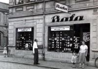 Rodina Niederlových v Ervěnicích před obchodem Baťa, jehož byl otec pamětnice vedoucím, 30. léta
