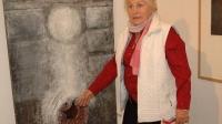Dana Puchnarová se svým obrazem v Muzeu moderního umění v Olomouci  během výstavy konané v roce 2007