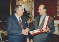 In an interview with the president Thomas Klestil upon taking over the state decoration of the Republic of Austria, at the President Palace in Hofburg, 1998