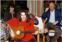 Exilové setkání ve Frankenu, září 1989. Zleva Eva Steigerová (žena karikaturisty Ivana Steigera), Jana Schulzová (žena Milana Schulze, kolegy pamětníka ze Svobodné Evropy), zpívá a hraje Dáša Vokatá