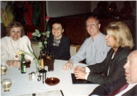 S manželkou Leou (po pravici) v Mnichově u přátel, asi 1994