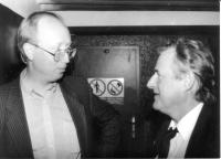 Petr Brod, první stálý zpravodaj Svobodné Evropy v Praze, shlíží dolů na svého šéfa, ředitele československé redakce v Mnichově, Pavla Pecháčka, asi 1991